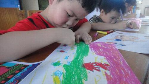 孩子们画画,认真吧!