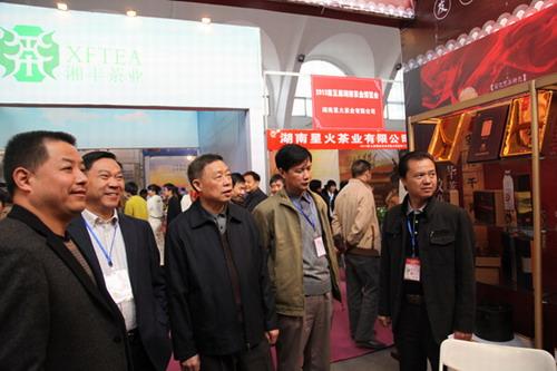 董事长陈社强陪同各级领导莅临公司展位参观