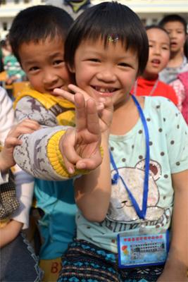 一下车,看到孩子们可爱的笑脸,志愿者们立刻精神抖擞,很快就和孩子们