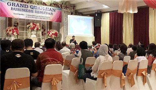 权健印尼分公司教育主管三多先生介绍火疗-权健印尼分公司举办泗水